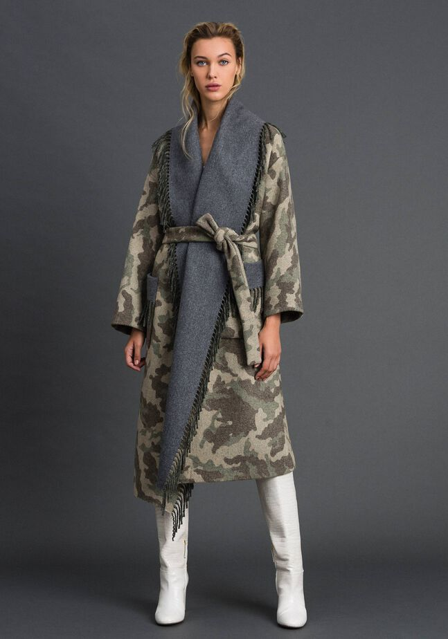 Manteau en drap avec motif camouflage et franges
