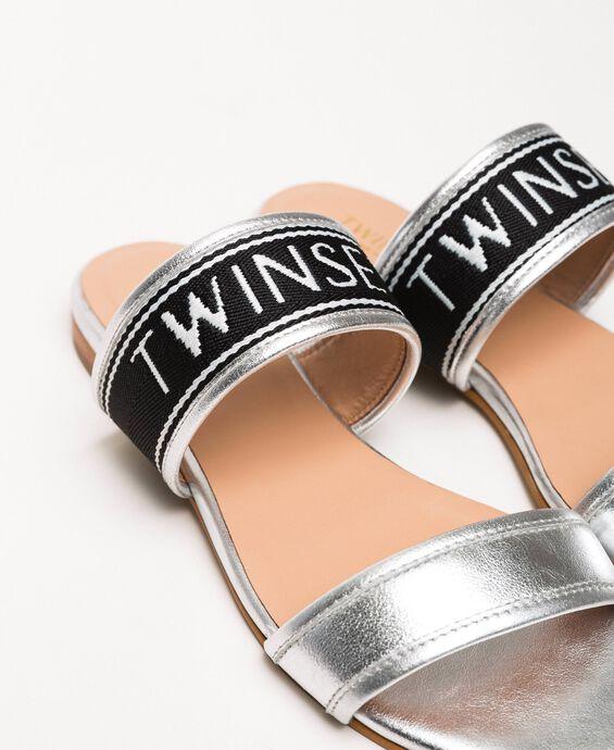 Flache Sandale aus Metallic-Leder mit Logo