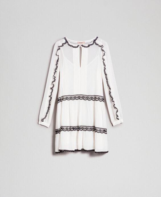Kleid aus Georgette mit Mikrorüschen und Spitze
