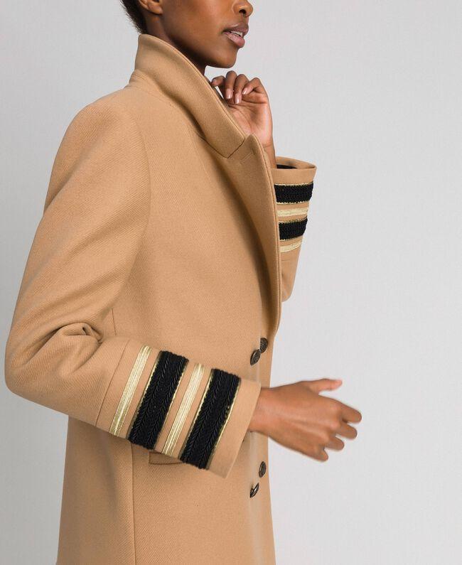 Langer, zweireihiger Mantel aus Tuch Kamel Frau 192TT2160-04