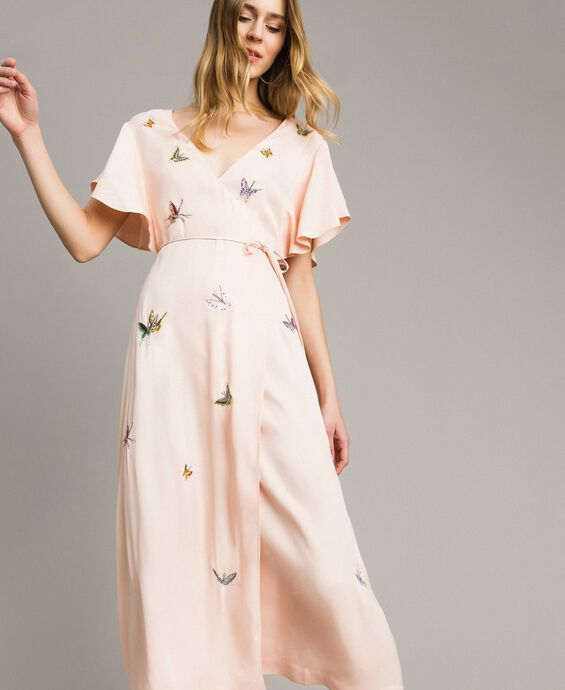 Satin-Maxikleid mit Schmetterlings-Stickerei