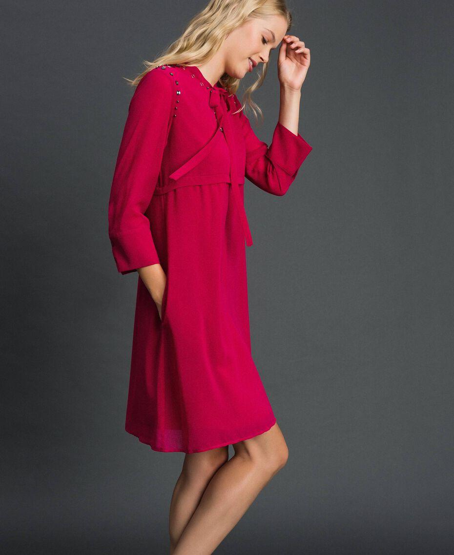 Georgettekleid mit Steinchen und Perlen Rot Amaranth Frau 192MP2480-02