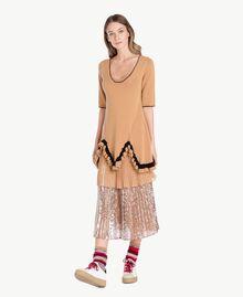 Kleid mit Rüschen Honigbeige / Schwarz PA7341-01
