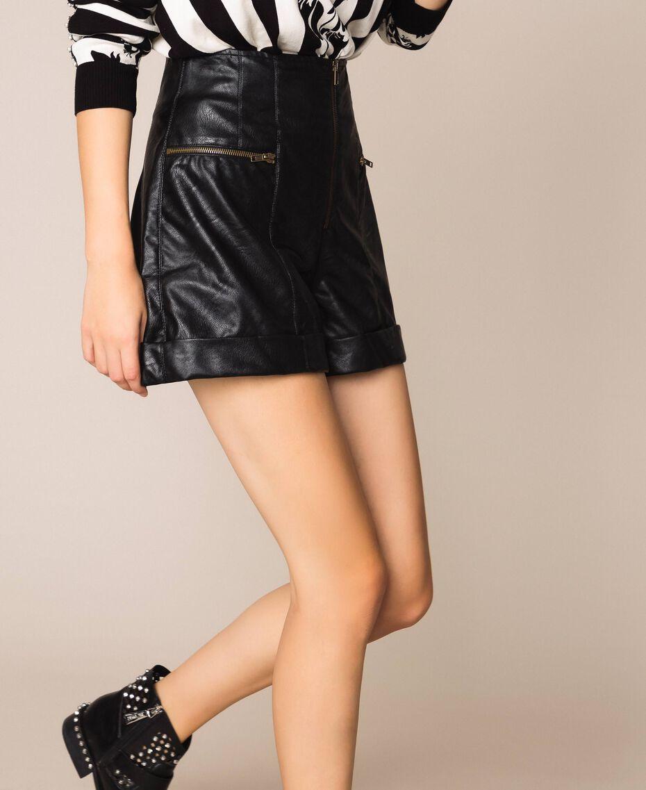 Shorts aus Lederimitat mit Reißverschlüssen Schwarz Frau 201TP241B-01
