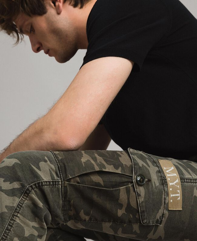 Baumwoll-Cargo-Hose mit Camouflage-Aufdruck Motiv Dunkel Camouflage Mann 191UT2021-04