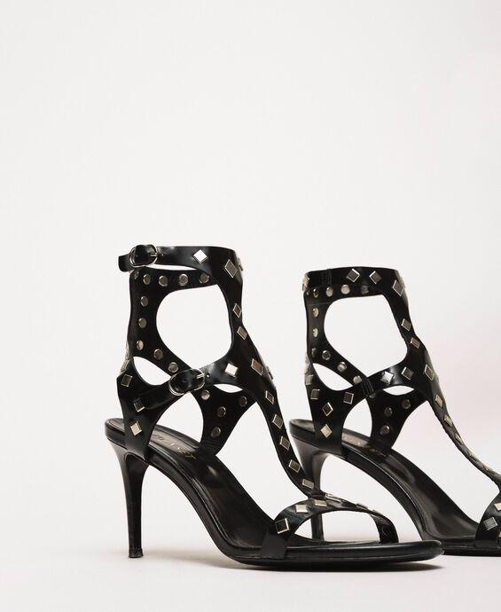 Sandalette aus Metallic-Leder mit Nieten