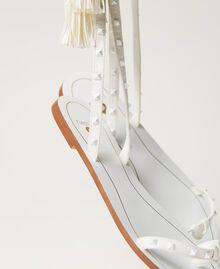 Sandalias planas con tachuelas Marfil Mujer 211LMPZZZ-04