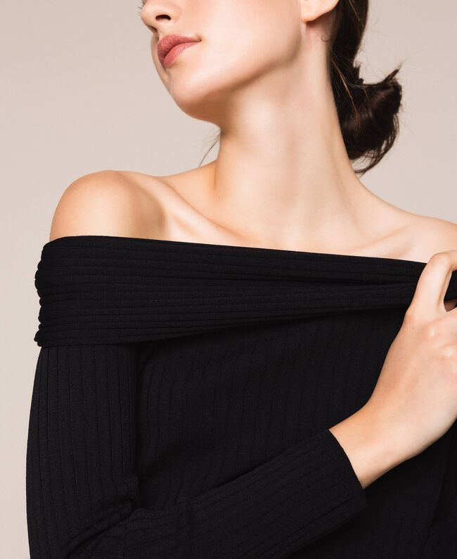 Трикотажная кофта в рубчик с глубоким декольте Черный женщина 201ST3121-04