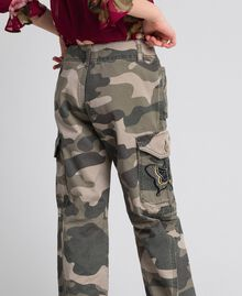 Pantaloni cargo a stampa camouflage Stampa Camouflage Bambina 192GJ2162-05