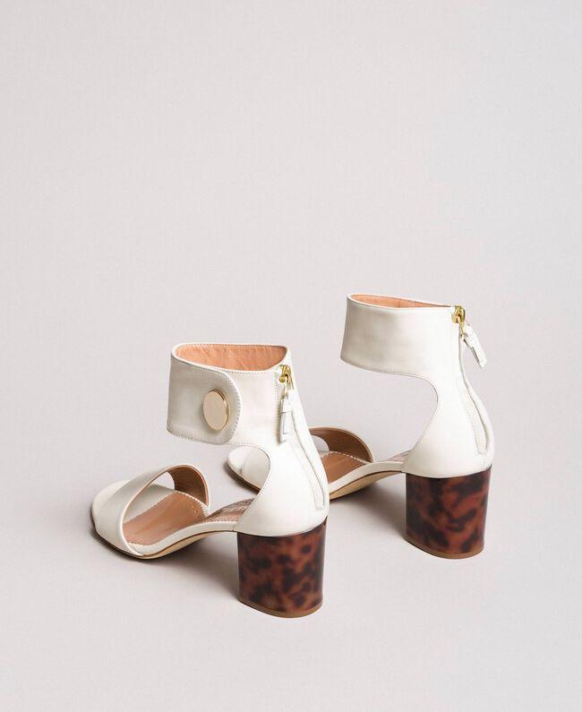 Sandalette aus Leder mit Knopf Weiß Schnee Frau 191TCP096-04