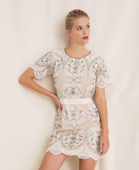 Кружевное платье с вышивками