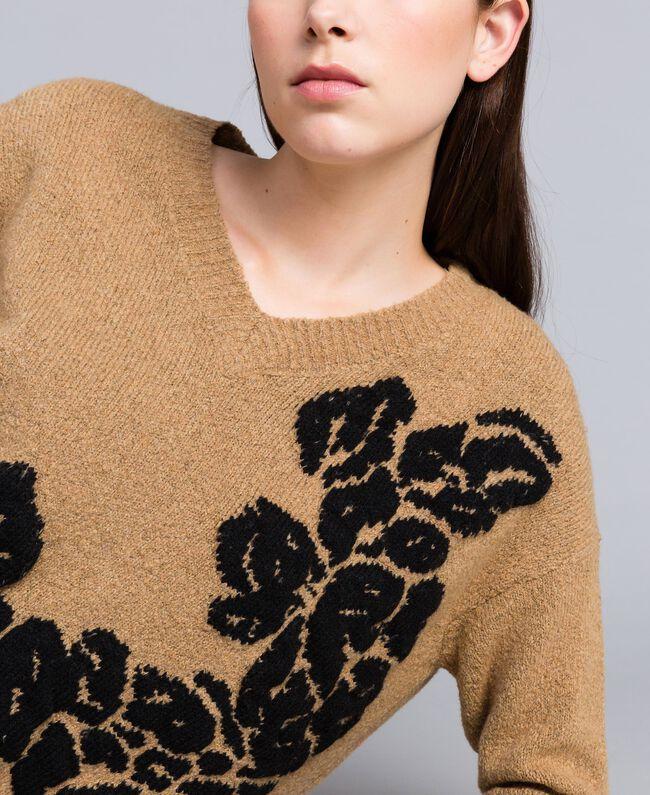 """Zweifarbiger Pullover mit Blumenintarsie Zweifarbig """"Cookie""""-Beige / Schwarze Blume Frau TA8393-01"""