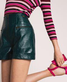 Shorts aus Lederimitat mit Krokoprägung Waldgrün Frau 201TP2362-04