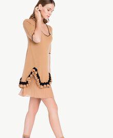 Kleid mit Rüschen Honigbeige / Schwarz PA7341-04