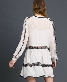 Kleid aus Georgette mit Mikrorüschen und Spitze Zweifarbig Schneeweiß / Schwarz Frau 192TP2573-03