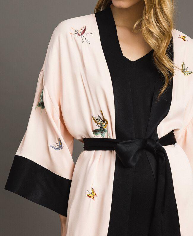 """Satin-Kimono mit Schmetterlings-Stickerei Zweifarbig """"Rose Sand"""" Pink / Schwarz Frau 191TT2110-04"""