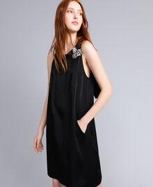 Kleid aus Envers-Satin Schwarz Frau QA8TGS-01
