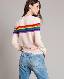 Pullover mit mehrfarbigen Streifen und Herzintarsie Blütenknospenrosa Frau 191TP3011-03