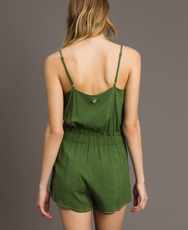 Kurzer Overall mit Schulterträgern und Stickereien Amazonas Grün Frau 191LM2RDD-03