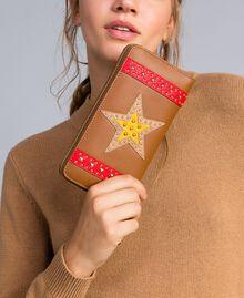 Geldbörse aus Lederimitat mit Aufnähern Karamellbraun / Stern Frau RA8TGP-0S