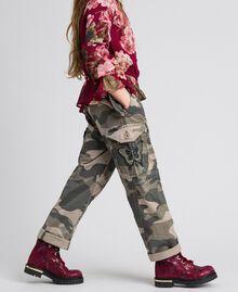 Pantaloni cargo a stampa camouflage Stampa Camouflage Bambina 192GJ2162-04