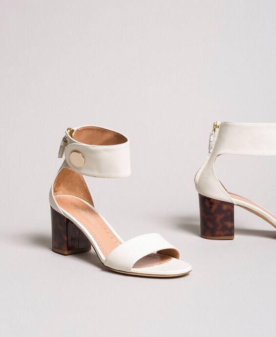 Sandales en cuir avec bouton