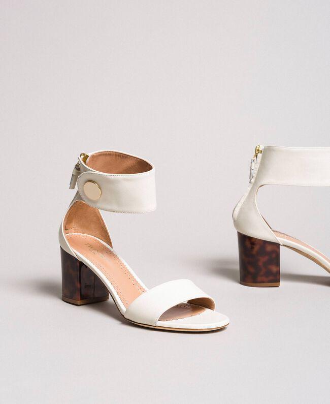 Sandalette aus Leder mit Knopf Weiß Schnee Frau 191TCP096-01