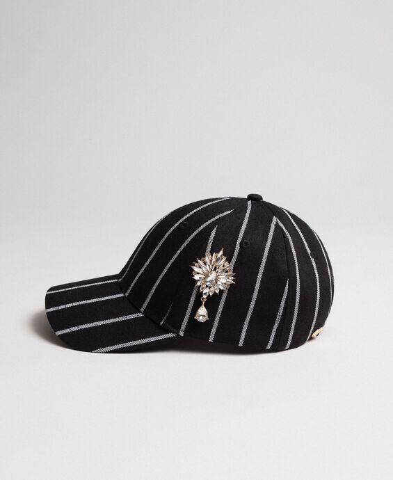 Cappello da baseball con spilla