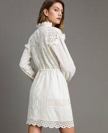Kleid mit Lochstickerei und Volant Weiß Schnee Frau 191TT2044-03