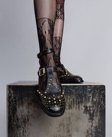 Schuh aus Leder mit Cut-outs und Nieten Schwarz Frau CA8PEU-0S