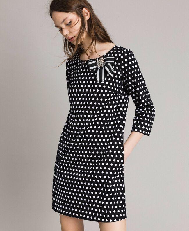 Kleid mit Tupfenmuster und Schleifenbrosche Zweifarbig Schwarz / Weiß Frau 191MP2361-01