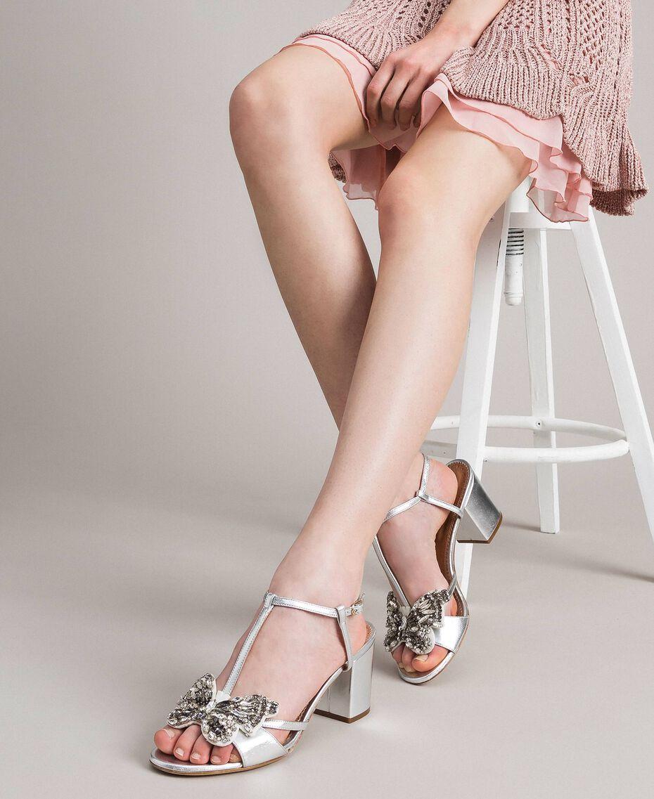 Leder-Sandalen mit Schmuck-Schmetterling Silber Frau 191TCP108-0S