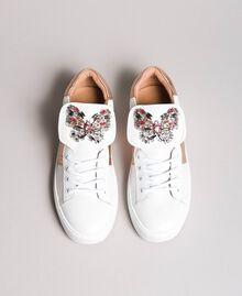 Leder-Sneakers mit Schmetterlings-Aufnäher Weiß Frau 191TCP10J-05