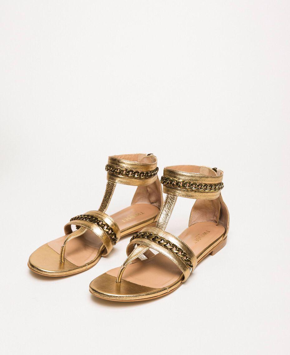 Flache Sandale aus Metallic-Leder mit Kettchen Goldfarbene Beschichtung Frau 201TCP122-02