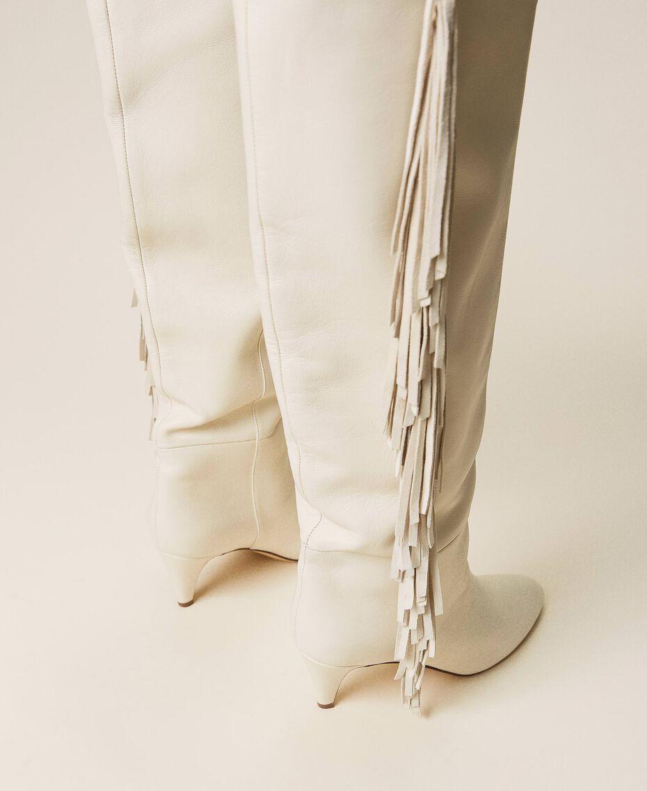 Hoher Stiefel aus Leder mit Fransen Weiß Schnee Frau 212TCP10G-02