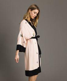 """Satin-Kimono mit Schmetterlings-Stickerei Zweifarbig """"Rose Sand"""" Pink / Schwarz Frau 191TT2110-02"""