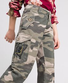 Pantaloni cargo a stampa camouflage Stampa Camouflage Bambina 192GJ2162-01