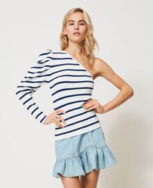 Einschultriger Pullover mit Streifen Zweifarbig Schneeweiß / Dunkles Nautical Blue Frau 211TT3212-03