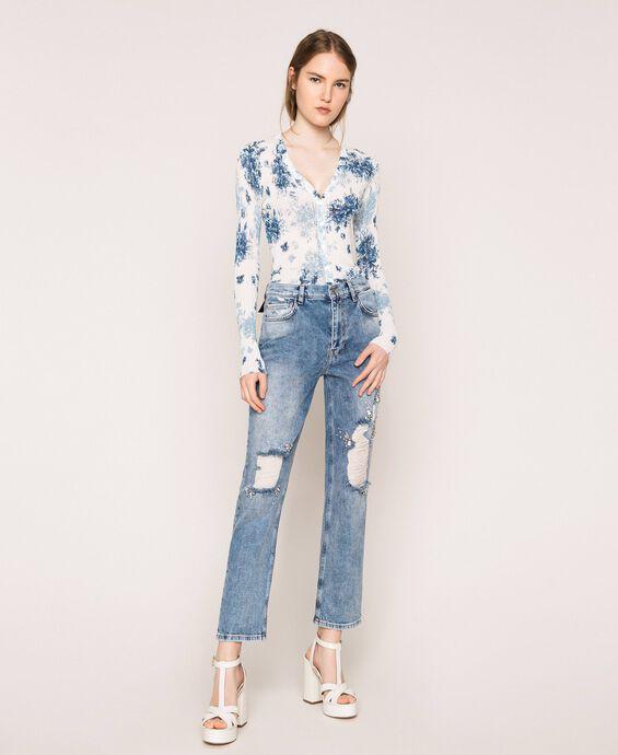 Jeans mit Rissen und Stickereien