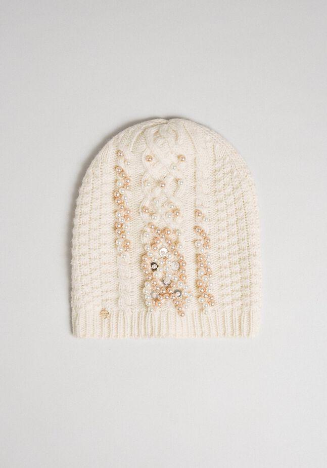 Вязаная шапочка в косичку с жемчугом и пайетками
