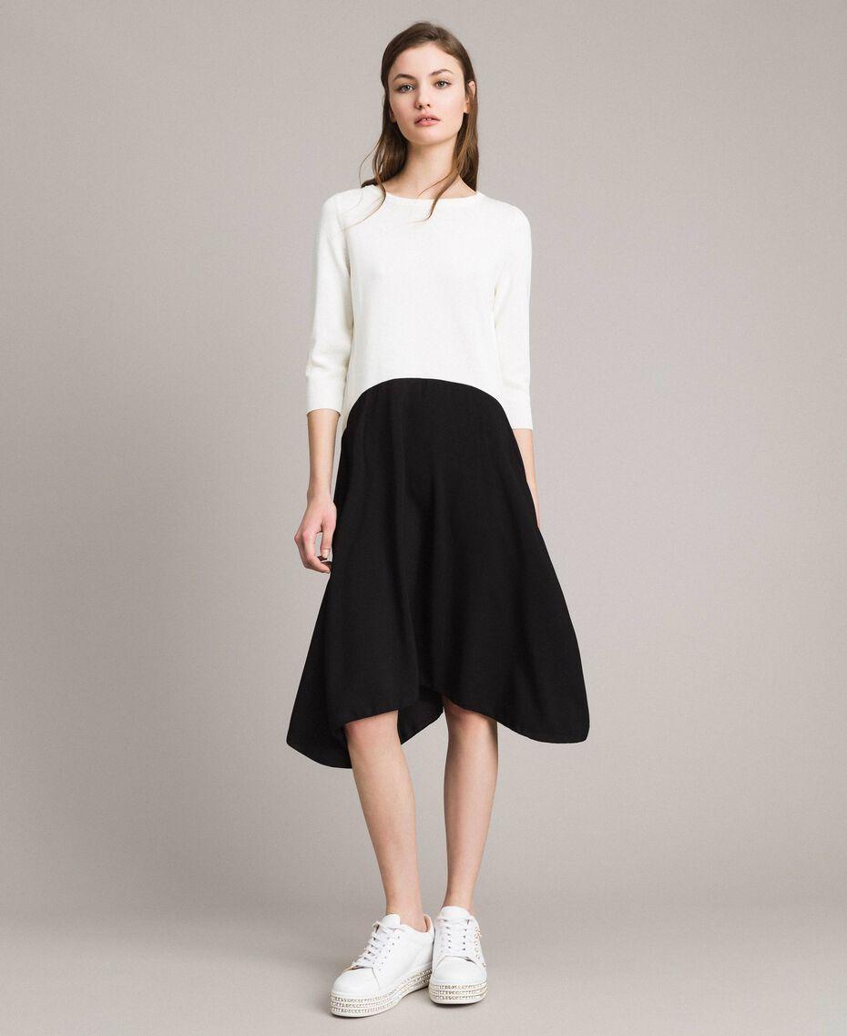Zweifarbiges, asymmetrisches Kleid Zweifarbig Schneeweiß / Schwarz Frau 191TP3263-02