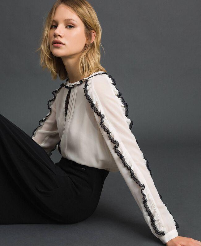 Blouse en crêpe georgette avec petits volants et dentelle Bicolore Blanc Neige/ Noir Femme 192TP2571-01