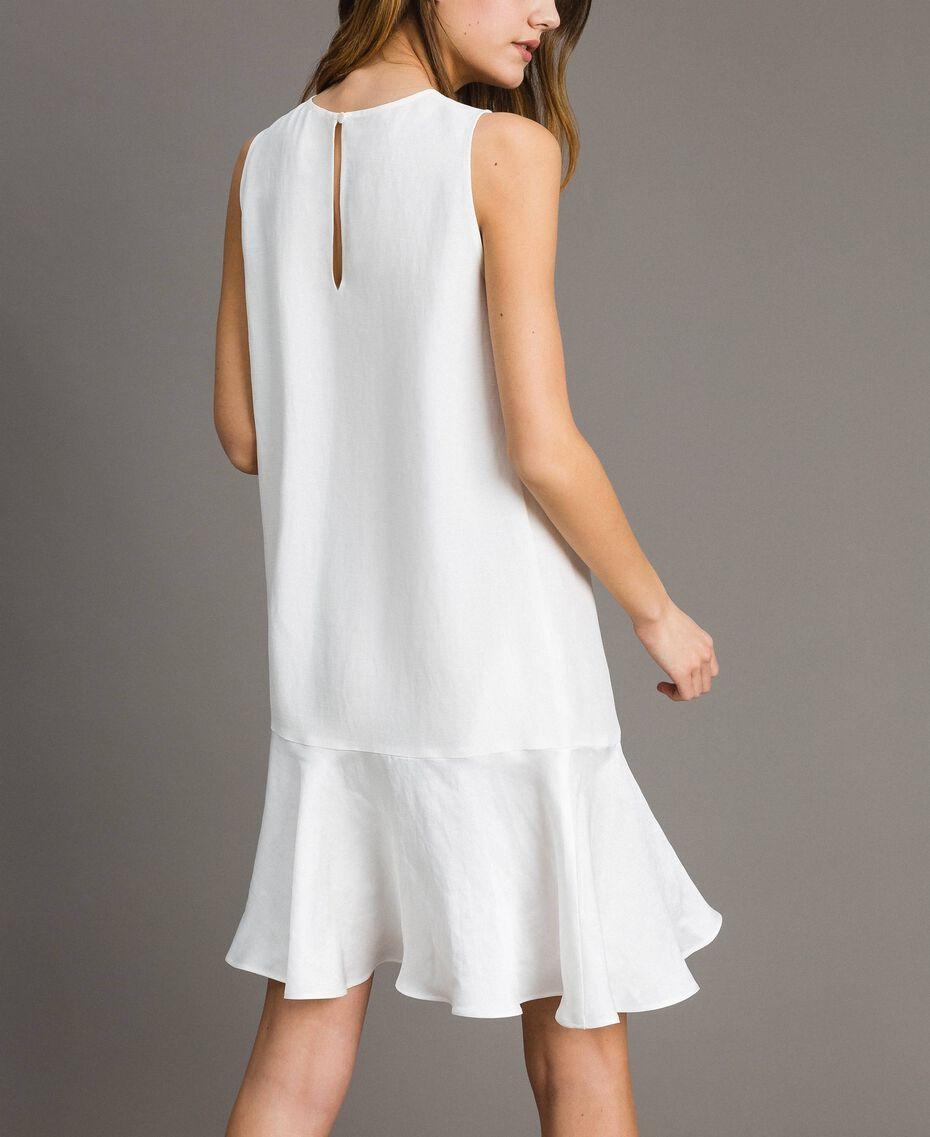 Leinen-Kleid aus Enver-Satin mit Volant Weiß Schnee Frau 191TT2304-03