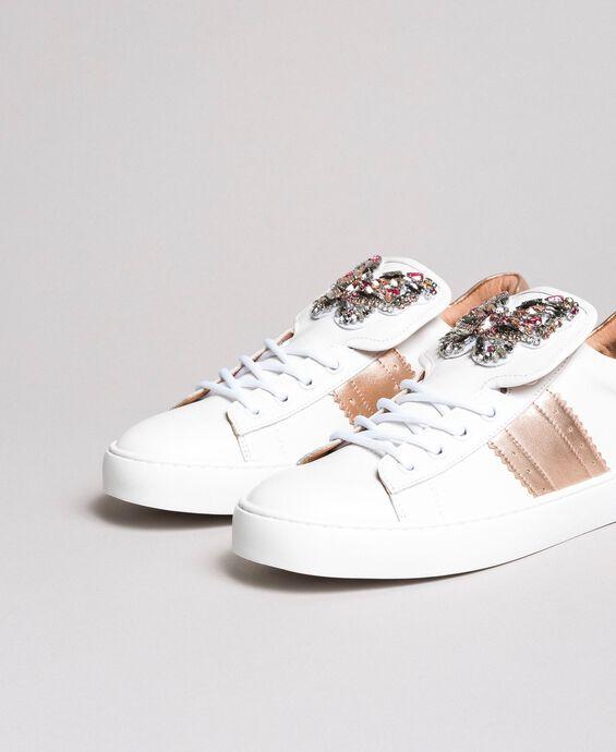 Zapatillas de piel con parches de mariposa