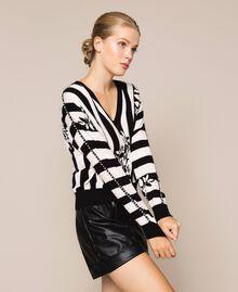 Пуловер квадратного кроя с вышивкой Принт Цветок на Полосатом фоне Снег / Черный женщина 201TP3264-02