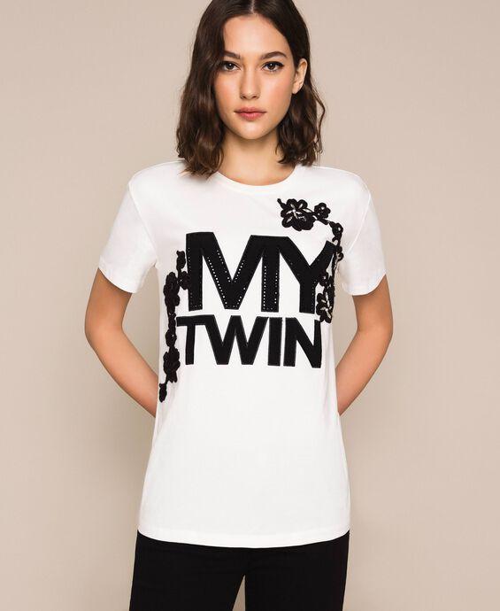 T-Shirt mit Logo und Stickerei