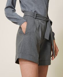 Shorts mit Gürtel und Aufschlag Durchschnittgrau-Mélange Frau 202ST2202-03