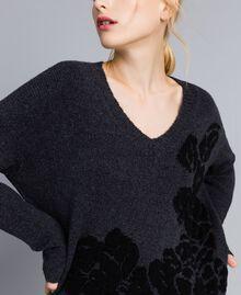Pull bicolore avec incrustation florale Bicolore Gris Anthracite Fleur Noir Femme TA8393-01