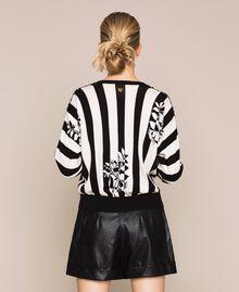 Пуловер квадратного кроя с вышивкой Принт Цветок на Полосатом фоне Снег / Черный женщина 201TP3264-03