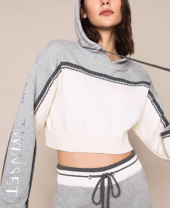 Cropped-Pullover mit Einsatz aus Sweatstoff mit Logos